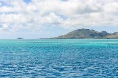 Água colorida perto da ilha de Nacula em Fiji Foto de Stock