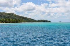 Água colorida perto da ilha de Nacula em Fiji imagem de stock