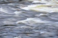 A água com as ondas na corredeira Fotos de Stock