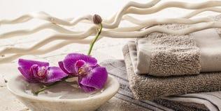 Água com as orquídeas para o tratamento moderno dos termas Imagens de Stock