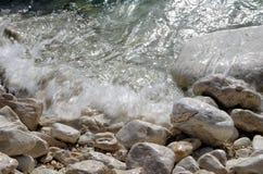 Água corrente nas marés, oceano, kefalonia, greece imagens de stock royalty free