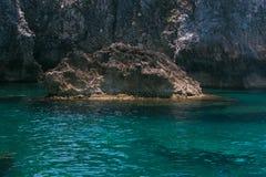 Água cristalina na caverna de Rondinelle, ilhas de Tremiti fotos de stock