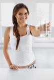 Água da bebida Água potável de sorriso feliz da mulher Lifesty saudável fotos de stock royalty free