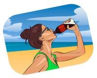 Água da bebida da mulher na praia Imagem de Stock Royalty Free