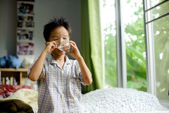 Água da bebida do menino do vidro imagens de stock royalty free