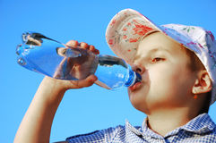 Água da bebida do miúdo Fotografia de Stock Royalty Free