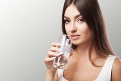 Água da bebida do vidro Estilo de vida saudável Retrato de um hap fotos de stock