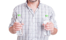 Água da bebida durante o conceito do calor do verão Foto de Stock