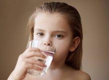 A água da bebida, mantém seu corpo saudável imagens de stock