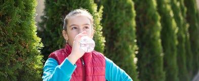 Água da bebida da menina Imagens de Stock