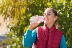 Água da bebida da menina Foto de Stock Royalty Free