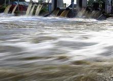 Água da bomba entre a inundação da água Imagens de Stock Royalty Free