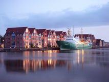 Água da calma do canal o navio amarrado no mar foto de stock