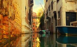 Água da calma do lugar quieto de Veneza do canal imagem de stock