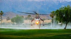 Água da carga do helicóptero do fogo Imagens de Stock