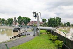 A água da chuva bombeou no rio da lagoa da retenção da tempestade da inundação imagem de stock