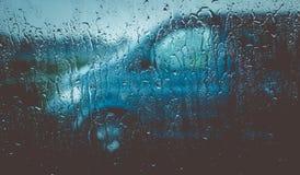 Água da chuva na janela de carro fotografia de stock