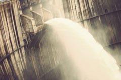 Água da descarga da represa foto de stock