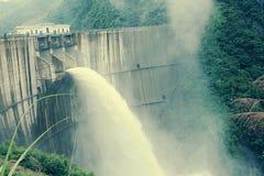 Água da descarga da represa imagens de stock
