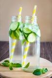 Água da desintoxicação infundida com os frutos Fruto da água do verão em vagabundos rústicos Foto de Stock Royalty Free