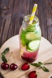 Água da desintoxicação infundida com os frutos Fruto da água do verão em vagabundos rústicos Imagem de Stock Royalty Free
