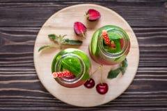 Água da desintoxicação infundida com os frutos Fruto da água do verão em vagabundos rústicos Fotografia de Stock