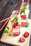 Água da desintoxicação infundida com os frutos Fruto da água do verão no fundo rústico Imagens de Stock Royalty Free