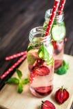 Água da desintoxicação infundida com os frutos Fruto da água do verão no fundo rústico Fotos de Stock