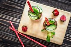 Água da desintoxicação infundida com os frutos Fruto da água do verão no fundo rústico Imagem de Stock