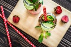 Água da desintoxicação infundida com os frutos Fruto da água do verão no fundo rústico Imagens de Stock