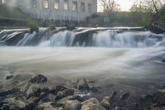 Água da espuma do rio da fábrica de Waterfal Imagem de Stock Royalty Free