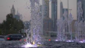 Água da fonte seca no close-up do parque Tiro da água fora de uma fonte Córregos do close-up da fonte Movimento lento filme
