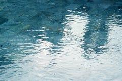 Água da inundação na caminhada da rua, tom pastel, foco macio Foto de Stock