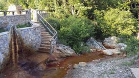 Água da montanha com cor vermelha imagens de stock royalty free