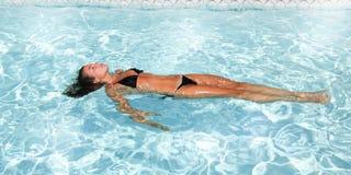 Água da natação da jovem mulher na piscina fotos de stock royalty free