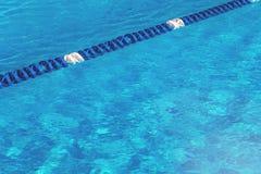 Água da piscina com o marcador de pista azul imagem de stock