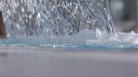 Água da piscina do jato da cachoeira da hidroterapia dos termas video estoque