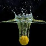Água da queda da bola de golfe foto de stock royalty free