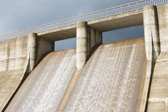 Água da represa para gerar a energia foto de stock