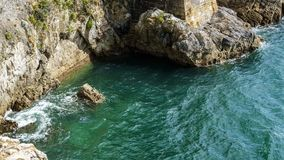 Água da rocha de pedra e do mar azul, oceano foto de stock