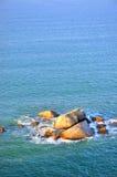 Água da rocha e de mar na iluminação do nascer do sol Fotos de Stock Royalty Free