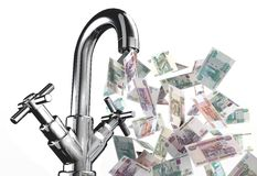 Água da torneira com cédulas dos rublos Fotografia de Stock Royalty Free