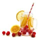Água da vitamina com limão e framboesas no frasco de pedreiro Fotografia de Stock