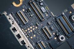 A água danificou a placa de circuito do telefone celular móvel, PWB, conectores, corrosão imagem de stock