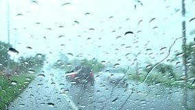 Água das gotas no vidro video estoque
