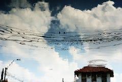 Água das reflexões da nuvem Fotografia de Stock