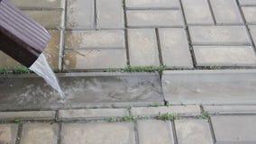 Água de chuva que flui da tubulação de dreno video estoque