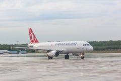 ÁGUA DE COLÔNIA, ALEMANHA - 12 DE MAIO DE 2014: Turkish Airlines Airbus A320 em Fotografia de Stock Royalty Free