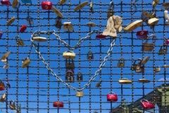 Os cacifos no Hohenzollern constroem uma ponte sobre a simbolização do amor e da verdade Imagens de Stock Royalty Free