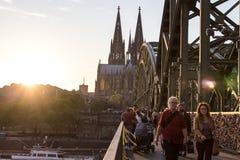 ÁGUA DE COLÔNIA, ALEMANHA 6 DE OUTUBRO DE 2018: Turistas na ponte de Hohenzollern como um sinal do amor forte ou da amizade forte fotos de stock royalty free
